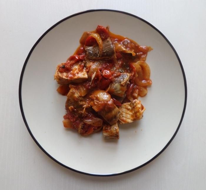 מקרל משומר ברוטב עגבניות.